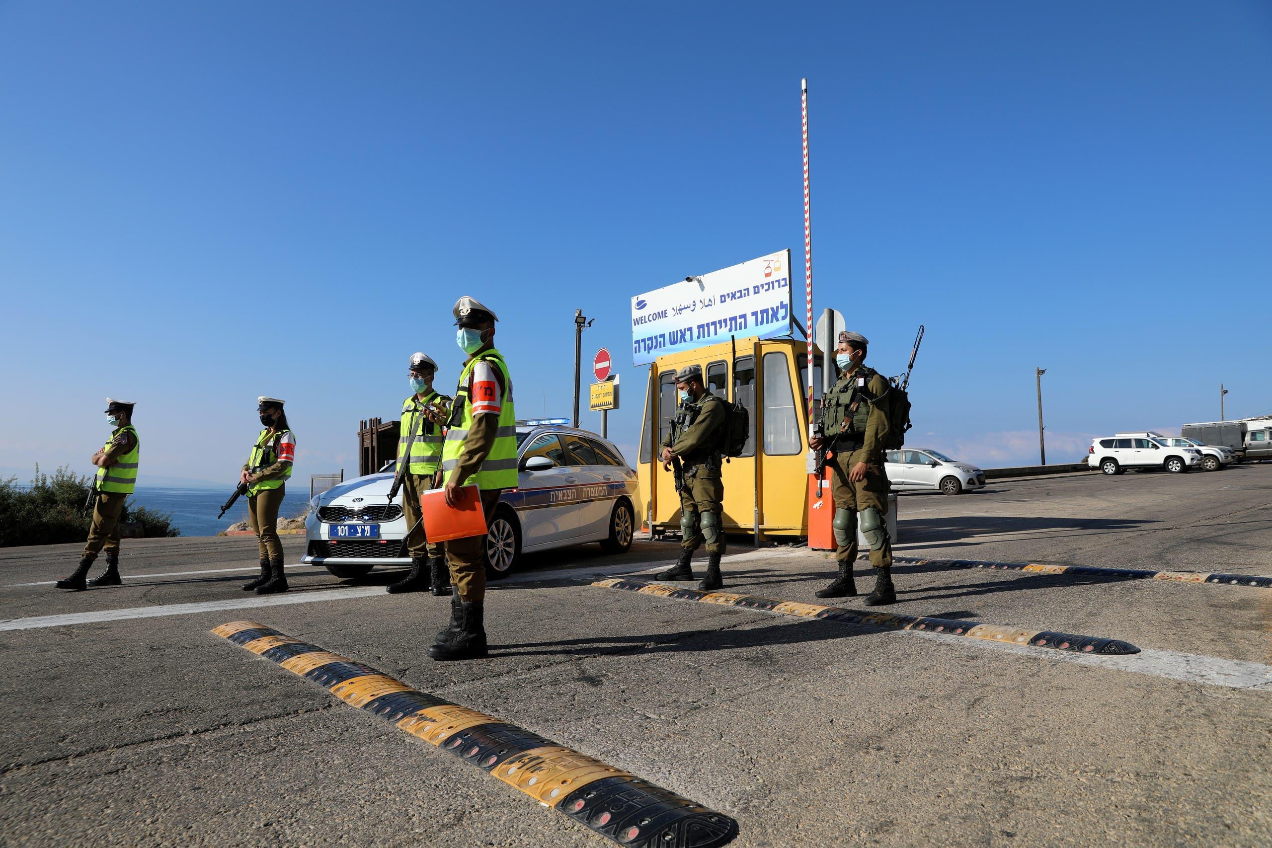 جنود إسرائيليون يقطعون الطريق المؤدي إلى الحدود اللبنانية لمنع وصول محتجين على المفاوضات