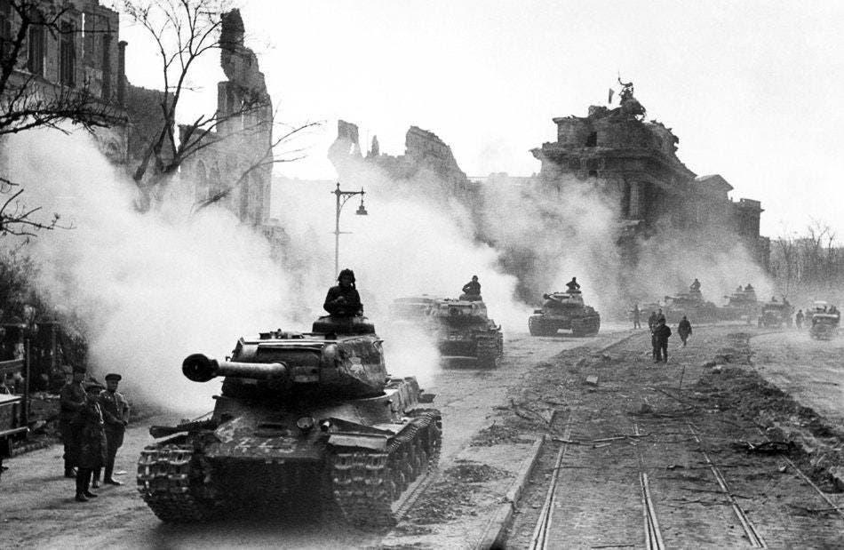 صورة لدبابات إيوسيف ستالين 2 ببرلين سنة 1945