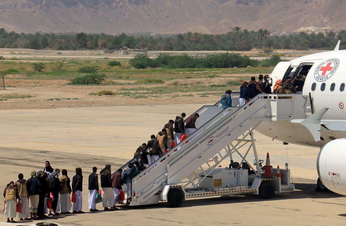 أسرى الحوثي يصعدون إلى الطائرة(رويترز)