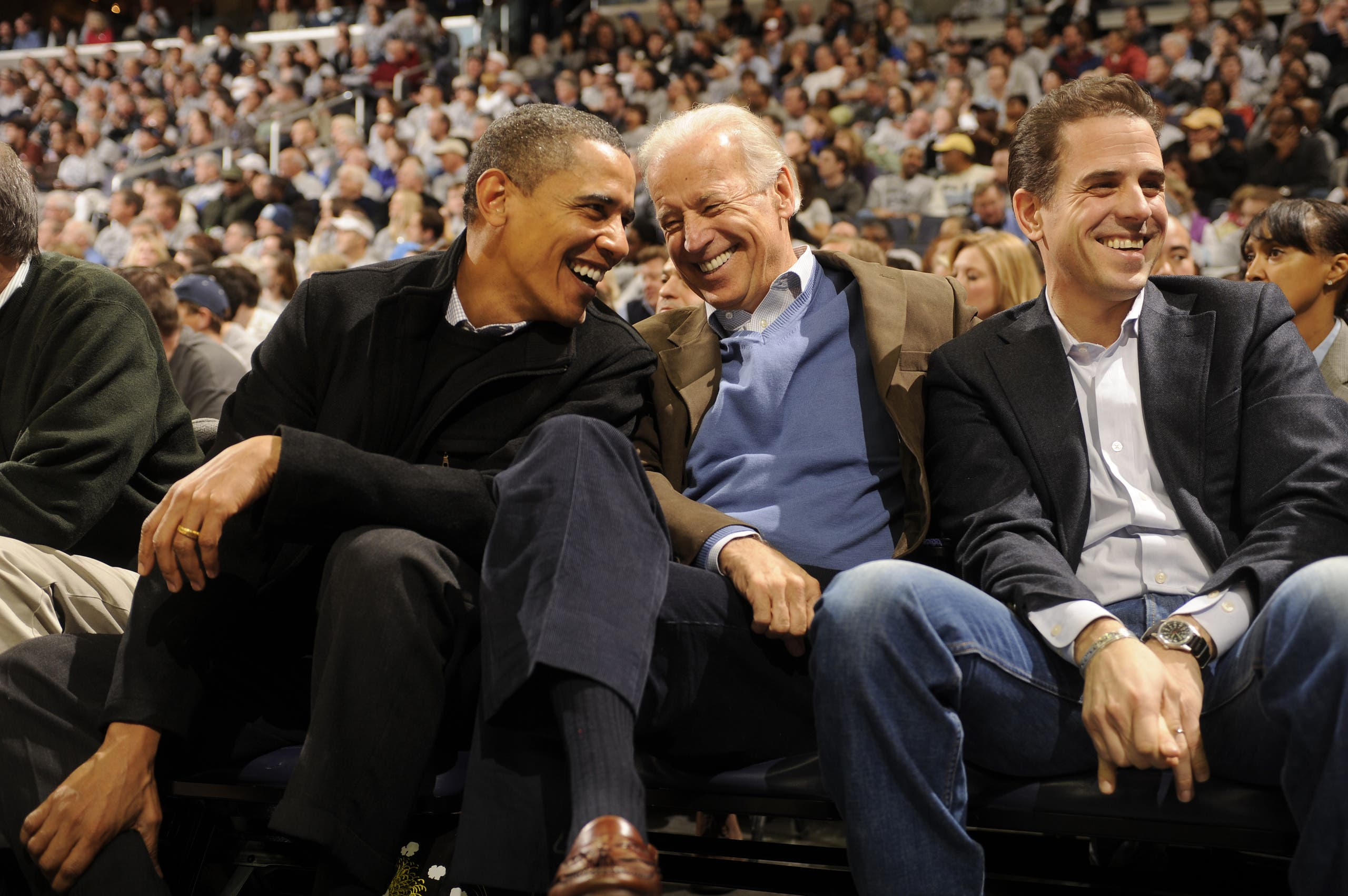 جو بايدن يتوسط نجله هانتر والرئيس الأميركي السابق باراك أوباما(أرشيفية- فرانس برس)