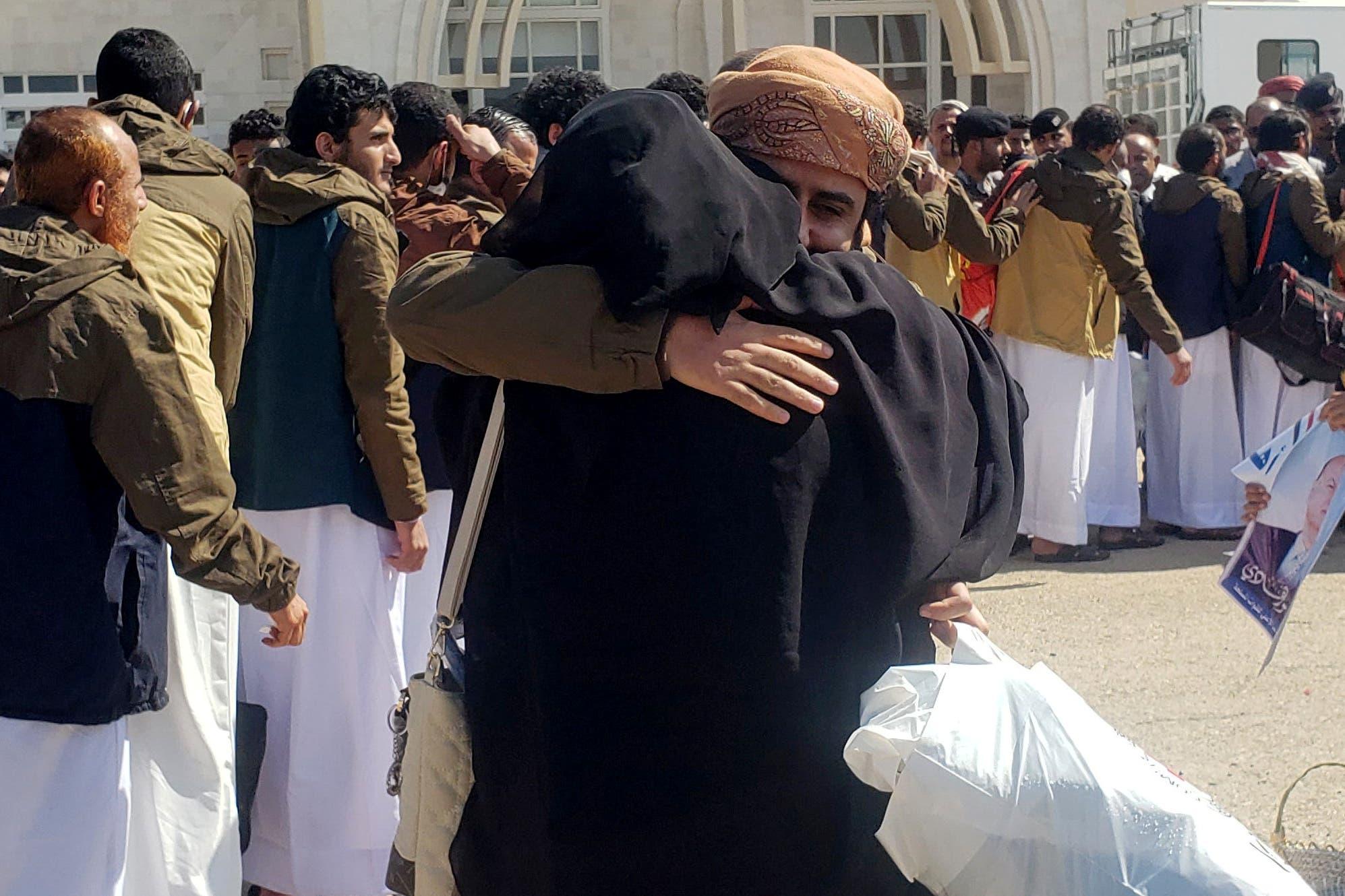أسرى يصلون مطار سيئون اليمني(أرشيفية- رويترز)