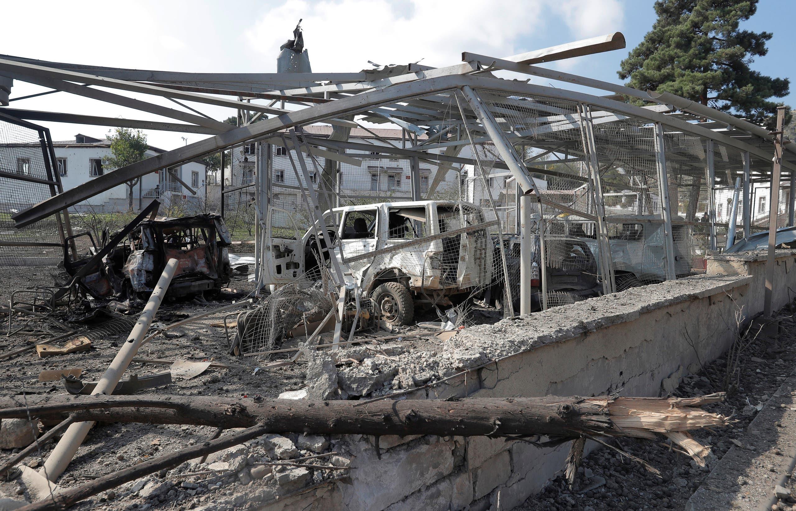 سيارات محطمة أمام مستشفى بسبب قصف للقوات الأذربيجانية، طبقاً لوزارة خارجية إقليم ناغورنو كاراباخ
