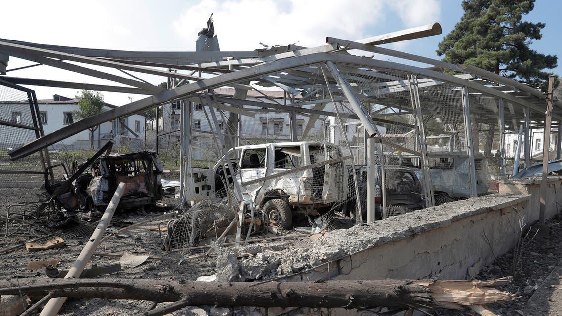 سيارات محطمة أمام مستشفى بسبب قصف للقوات الأذربيجانية، طبقاً لوزارة خارجية إقليم ناغورنو كاراباخ، الخميس