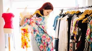 في غياب المكواة.. 10 أساليب فعالة لتمليس الثياب