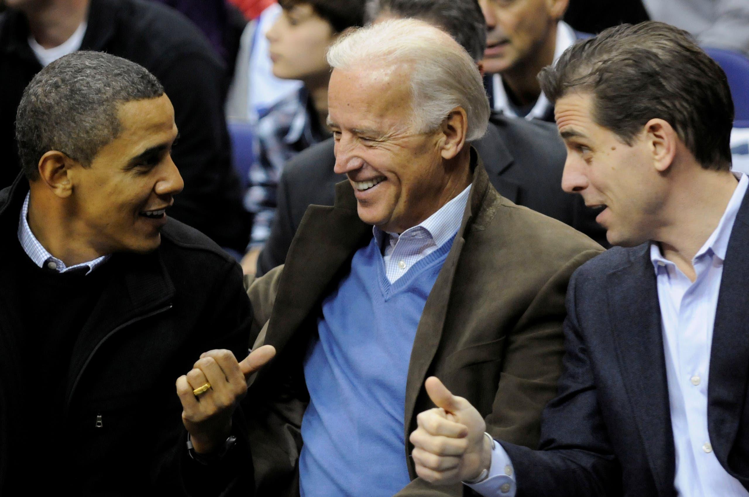 جو بايدن يتوسط نجله هانتر والرئيس الأميركي السابق باراك أوباما(أرشيفية- رويترز)