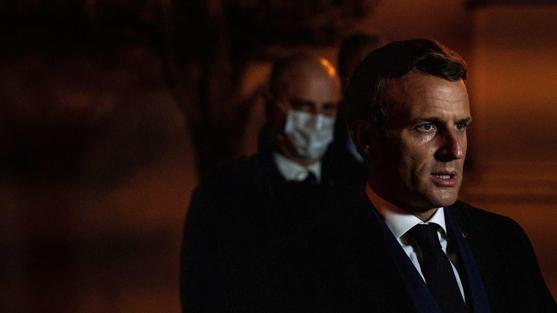 ماكرون يزور المكان الذي وقعت فيها الجريمة المروعة غرب باريس (فرانس برس)