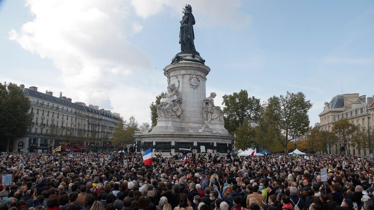 Thousands gather in central Paris in homage to decapitated teacher thumbnail