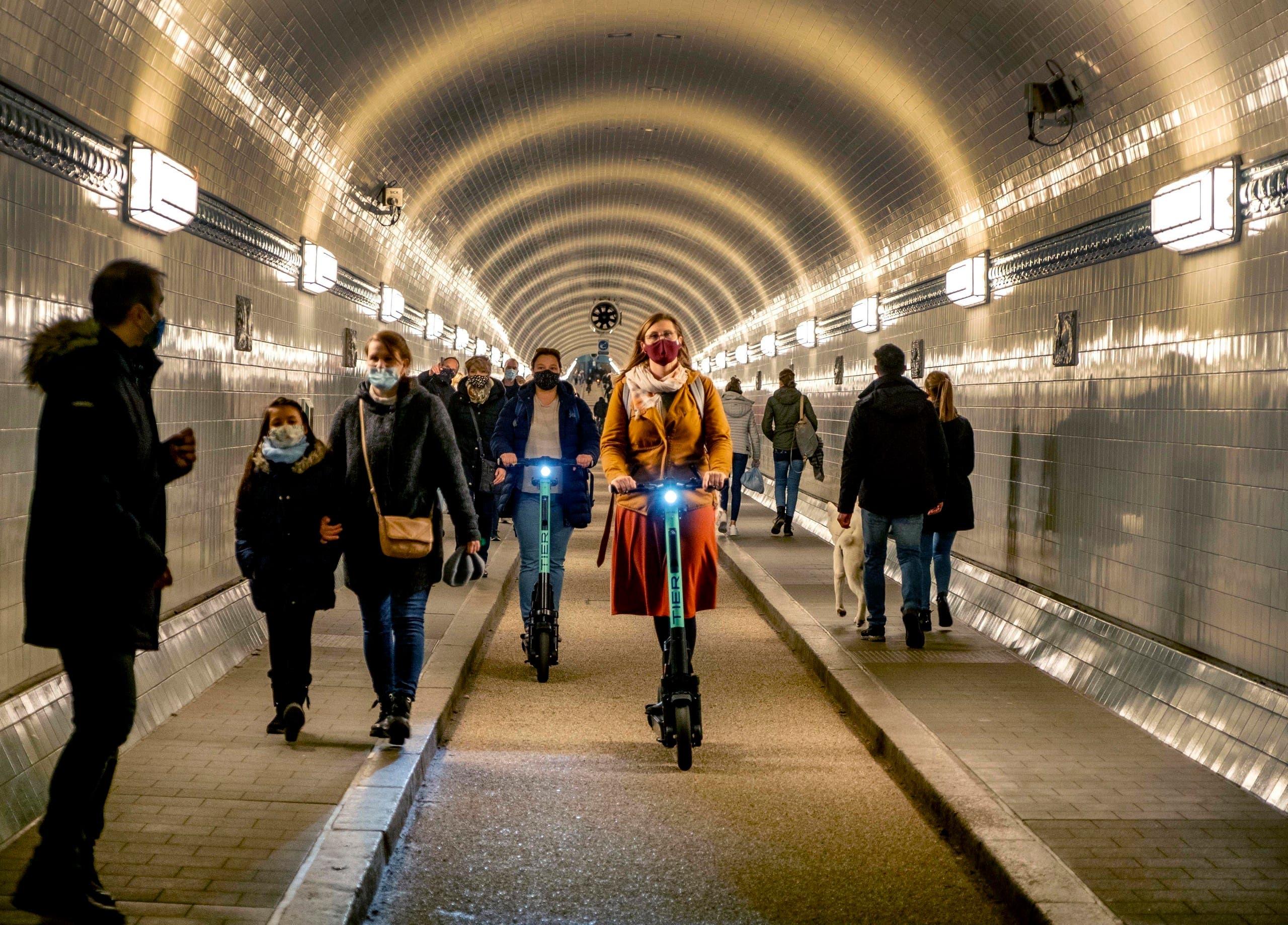 مرتادو المترو في هامبورغ يرتدون الكمامات