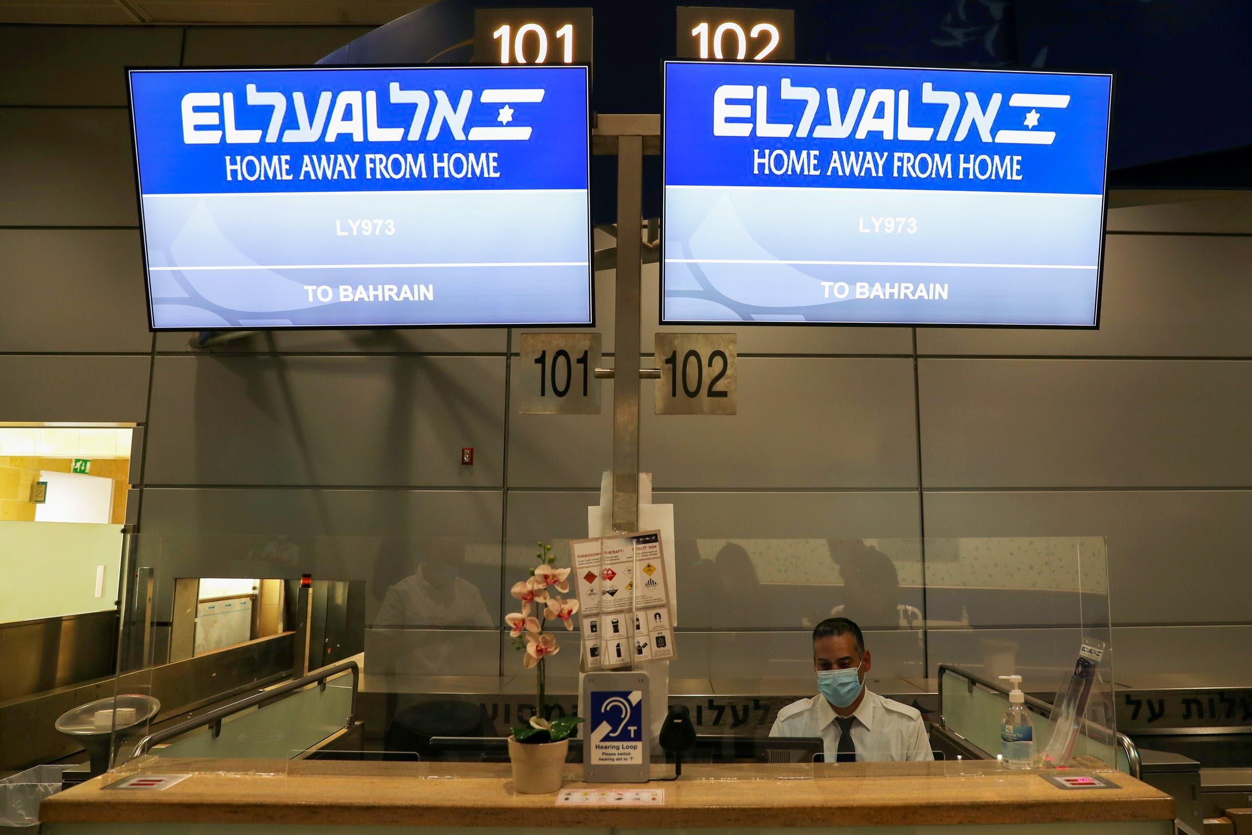 شاشة في مطار تل أبيب يظهر عليها رقم الرحلة المتجهة للبحرين