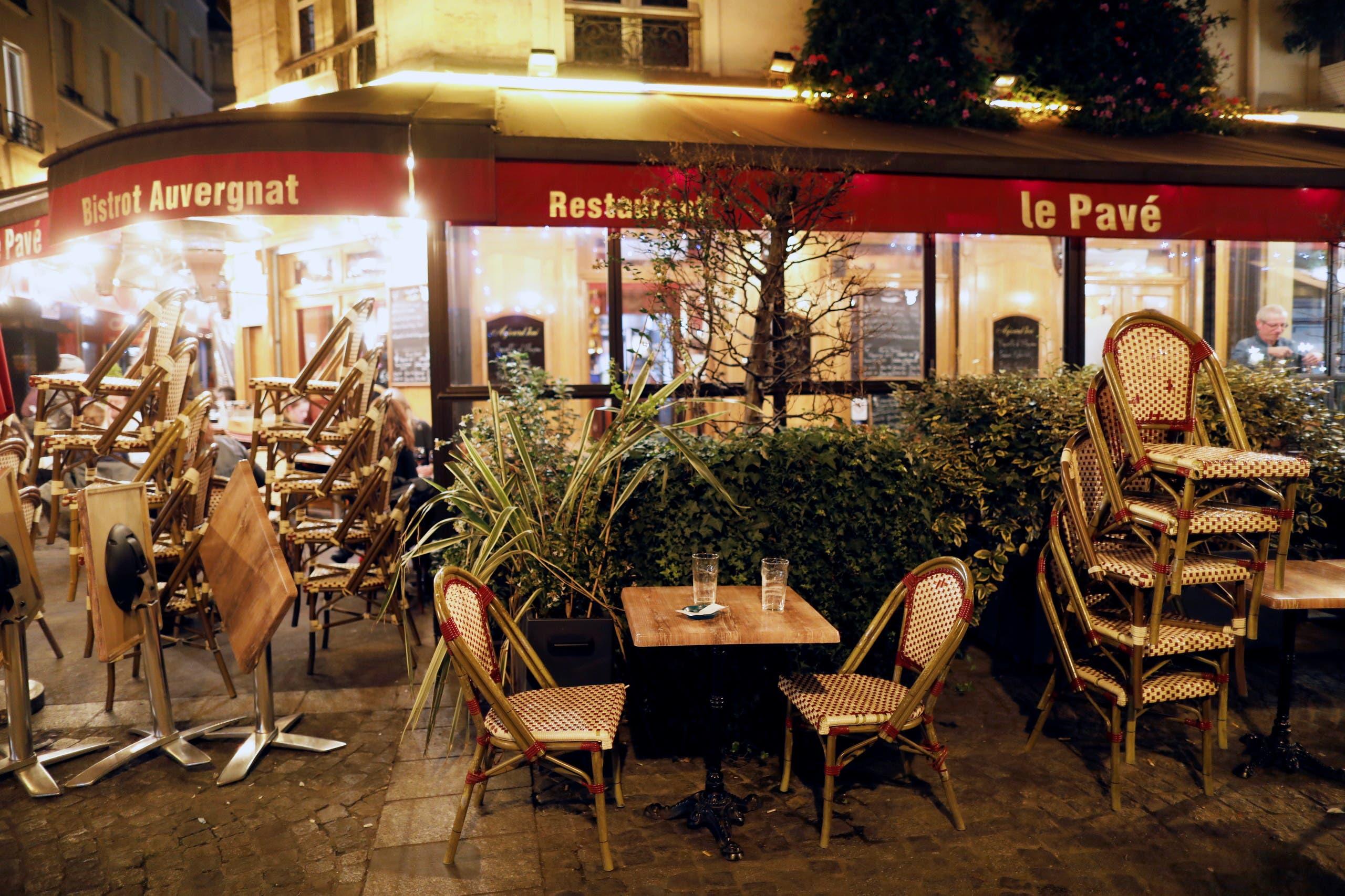 مقهى في باريس يغلق أبوابه مساء السبت بسبب حظر التجول