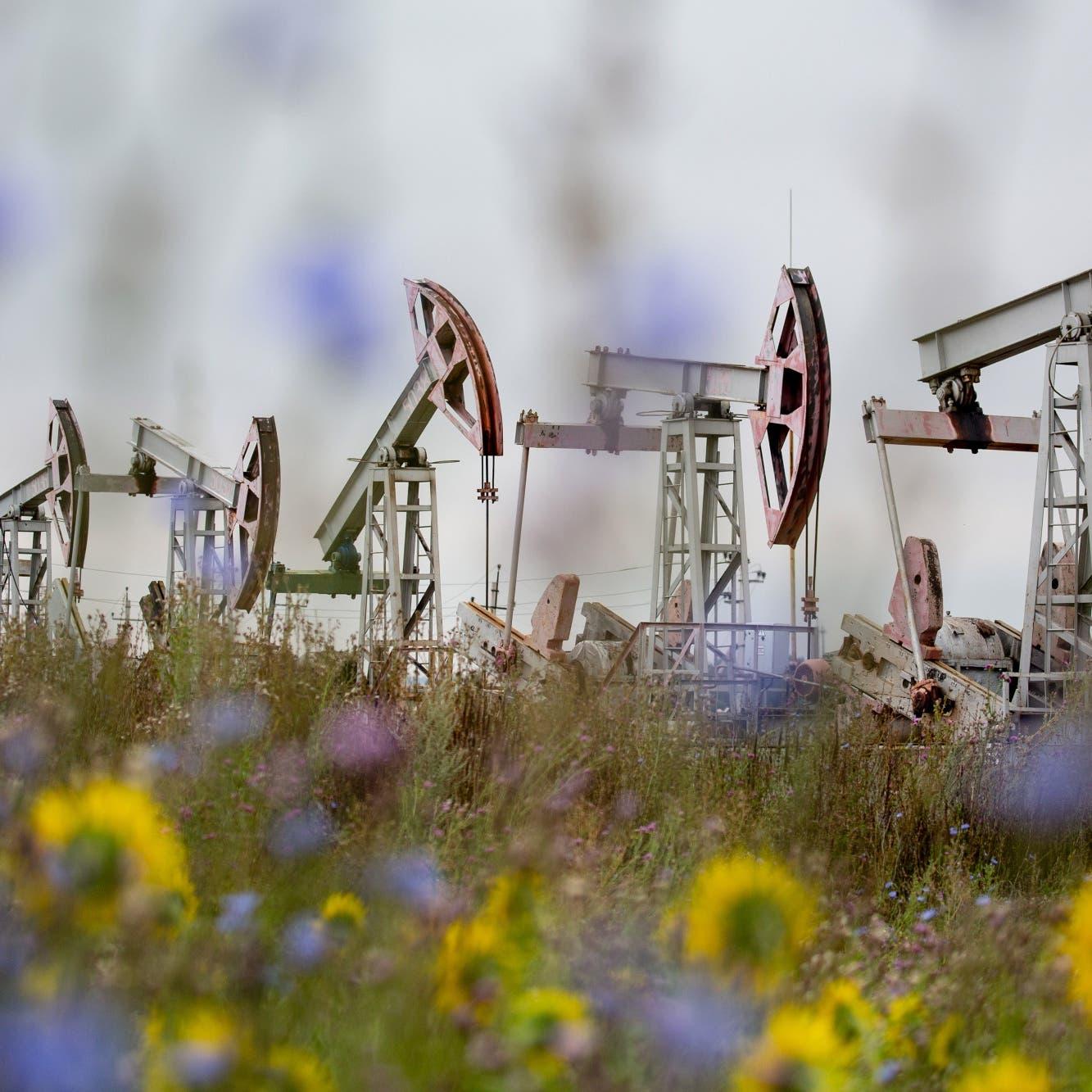 النفط يتراجع بعد ملامسة أعلى مستوى في عدة أشهر