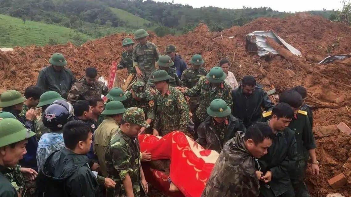 انتشال جثة من انهيار أرضي في فيتنام
