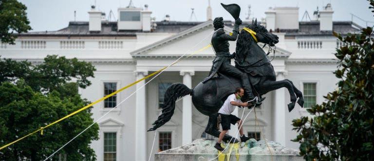 أحد المحتاجين يحاول إنزال تمثال أندرو جاكسون
