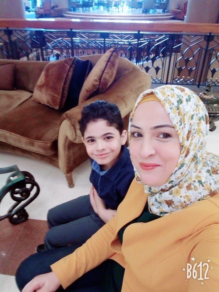 ياسين مع والدته