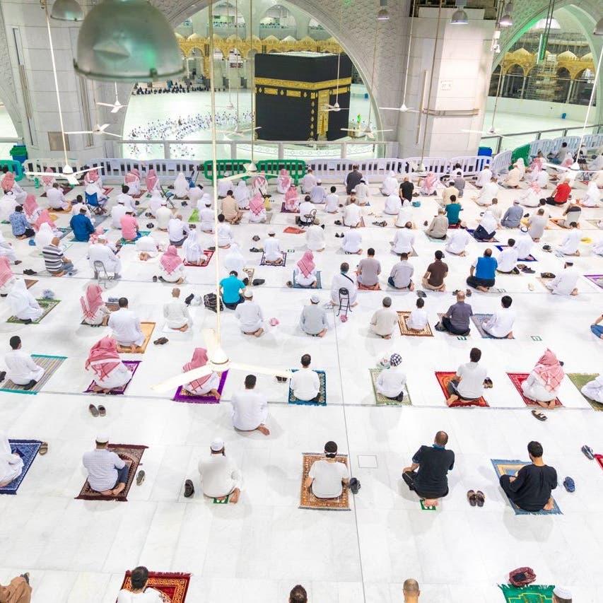 هكذا أدى 8000 صلاة العشاء بالمسجد الحرام