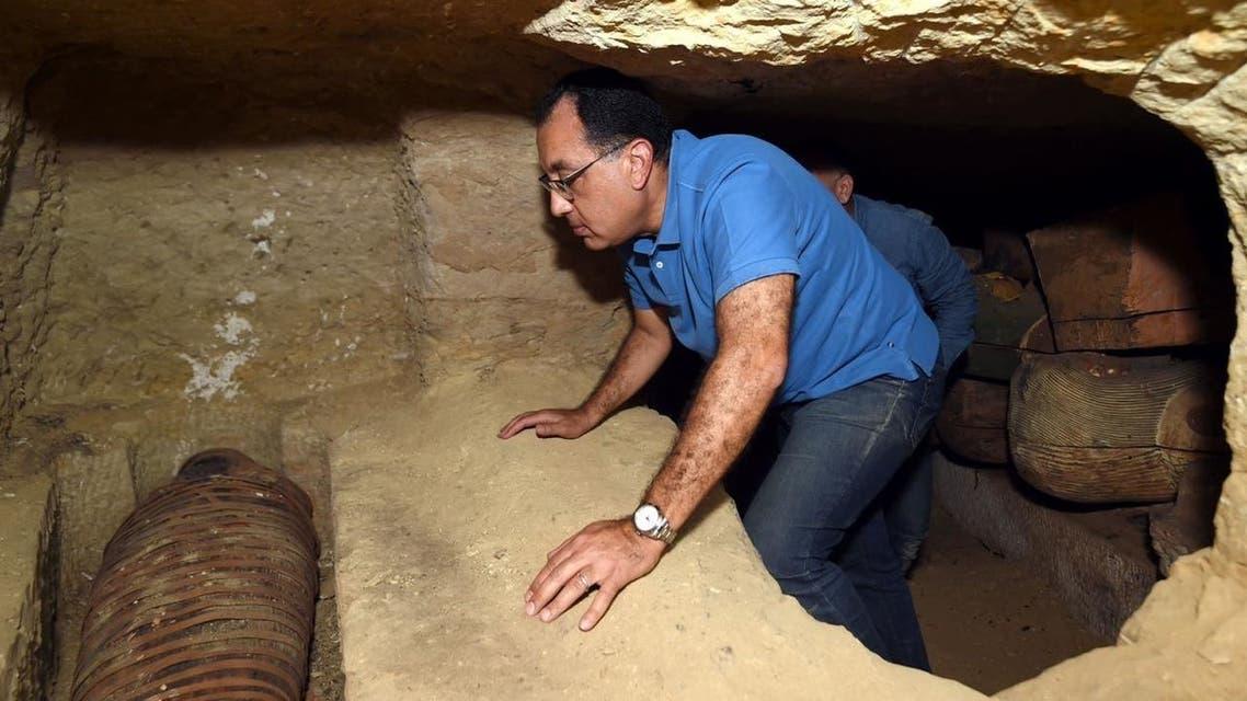 رئيس وزراء مصر يتدلى داخل بئر
