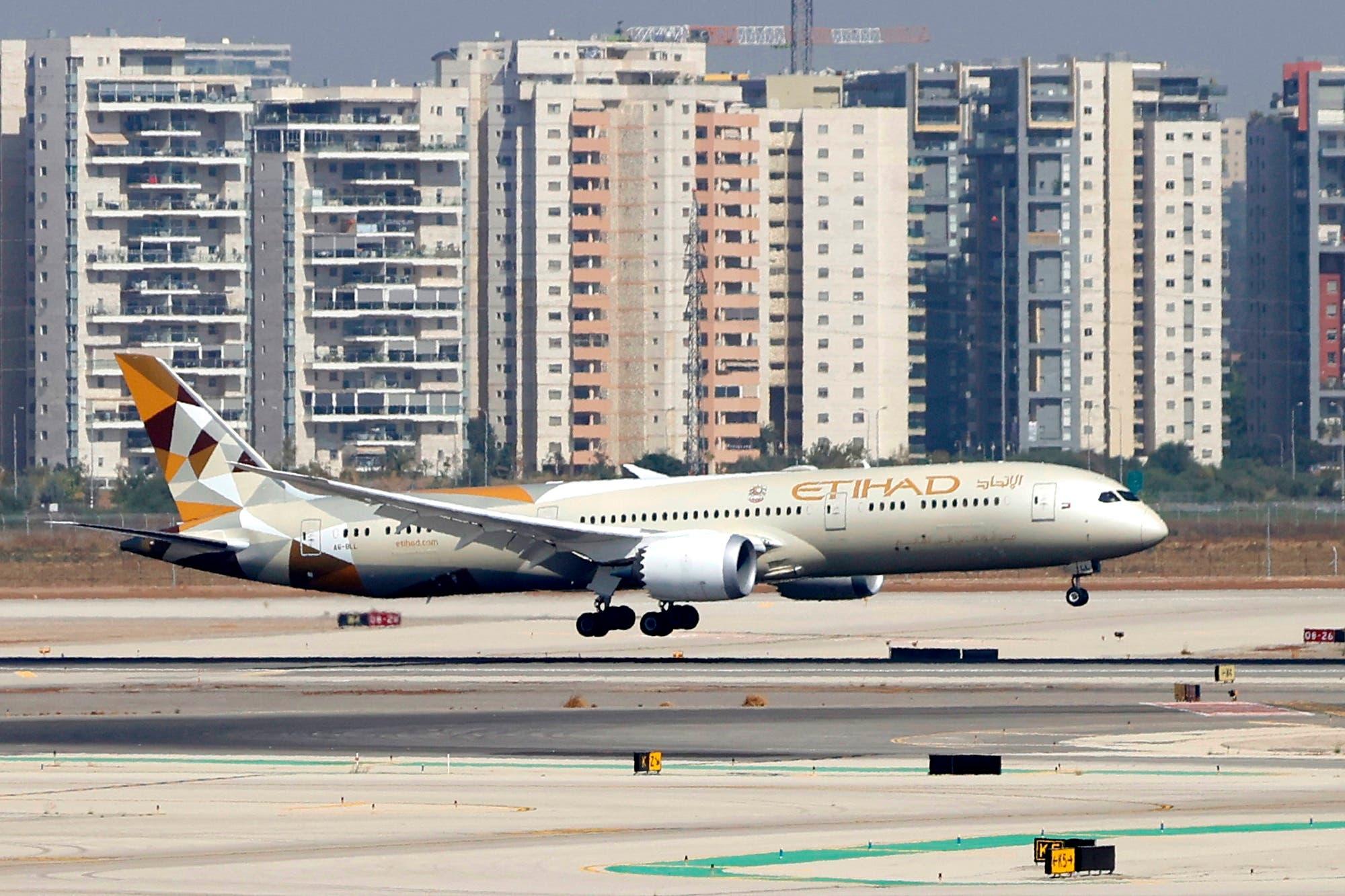 طائرة تابعة للاتحاد للطيران تقل وفداً من الإمارات العربية المتحدة في أول زيارة رسمية لها تهبط في مطار بن غوريون الإسرائيلي بالقرب من تل أبيب يوم 20 أكتوبر 2020