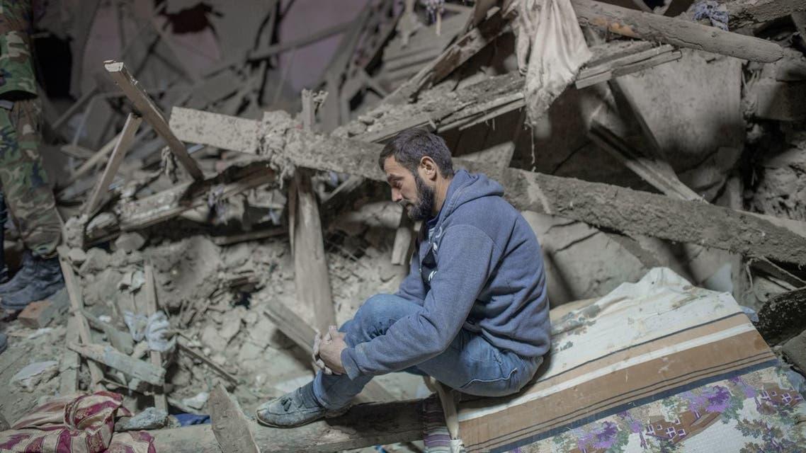 يجلس على أنقاض منزله في ناغورنو كاراباخ - فرانس برس