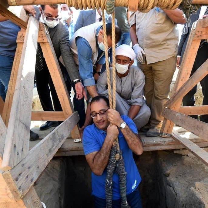 شاهد رئيس وزراء مصر يتدلى داخل بئر.. والمصور يكشف