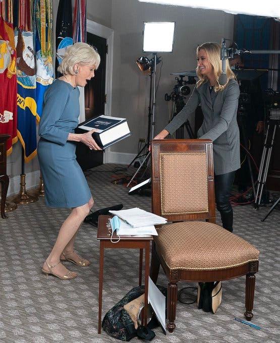 """ليسلي ستال حاملة الكتب """"بلا كمامة"""" في البيت الأبيض"""