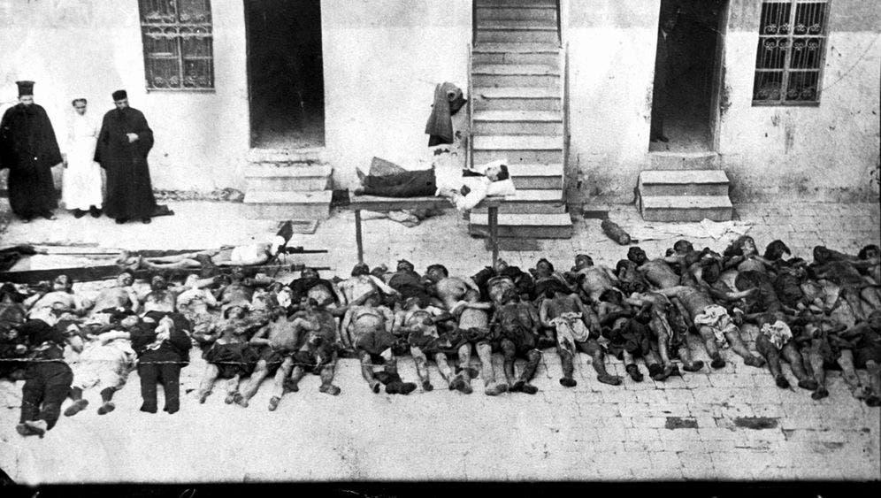 صورة لعدد من ضحايا الإبادة