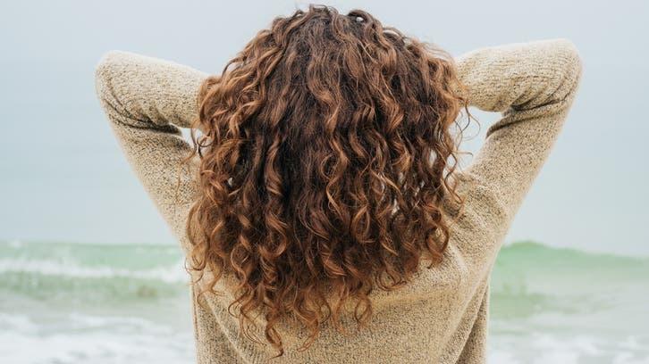 5 خطوات سهلة وفعّالة جداً لترطيب الشعر الجاف