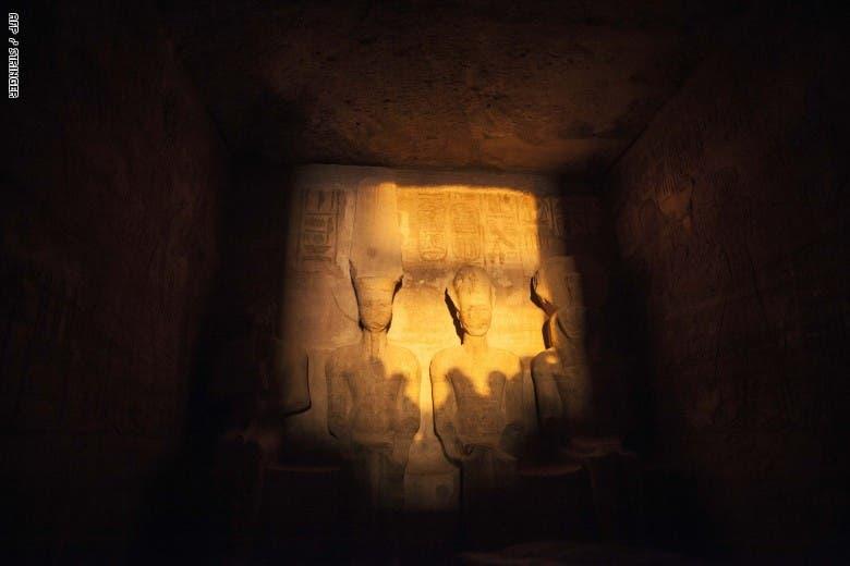 صورة مأخوذة لظاهرة تعامد أشعة الشمس على تمثال الملك رمسيس الثاني داخل معبد أبو سمبل