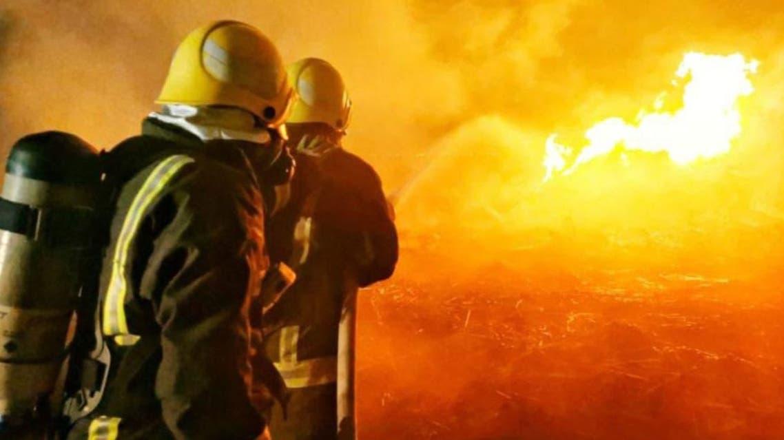 عناصر الدفاع المدني في مكان الحريق