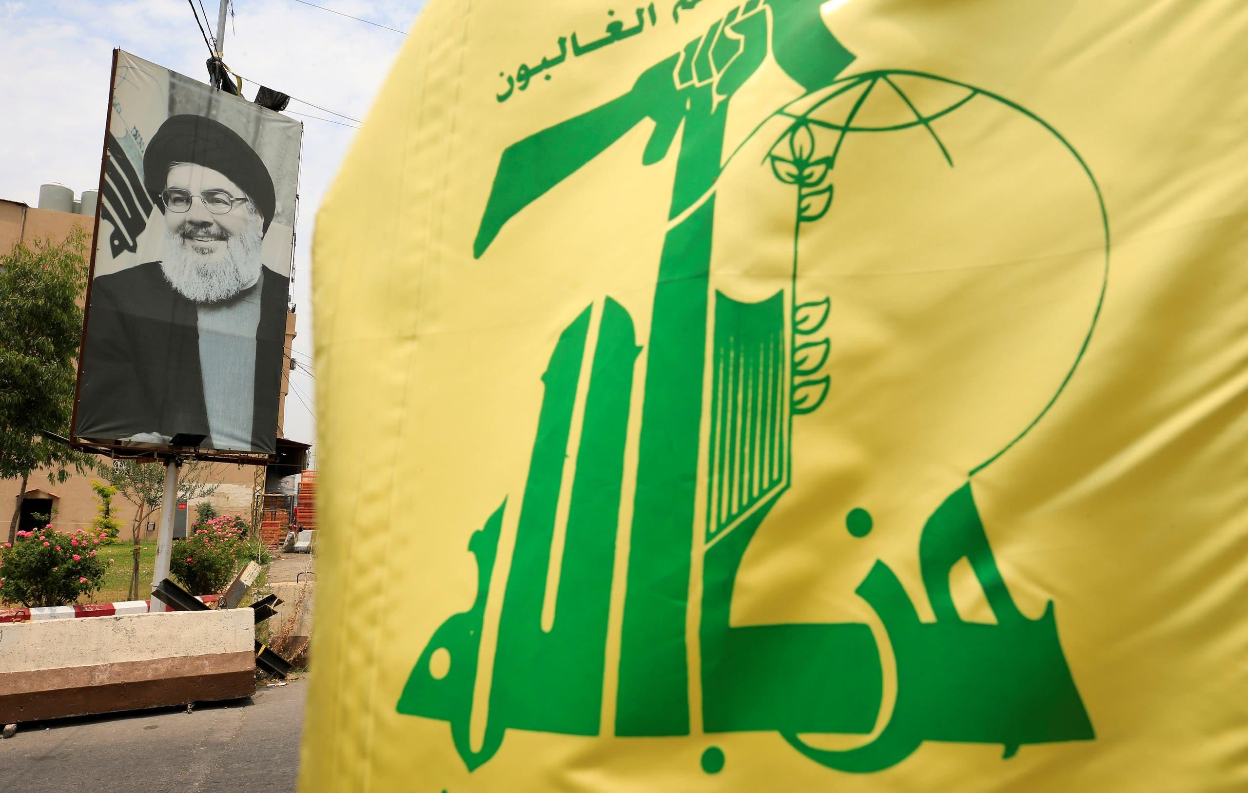 علم حزب الله وصورة لنصرالله في إحدى قرى جنوب لبنان
