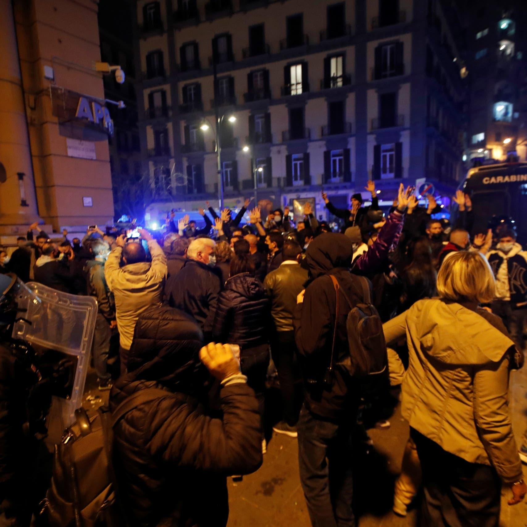 رقم قياسي لإصابات كورونا بإيطاليا.. واحتجاجات بسبب الحظر