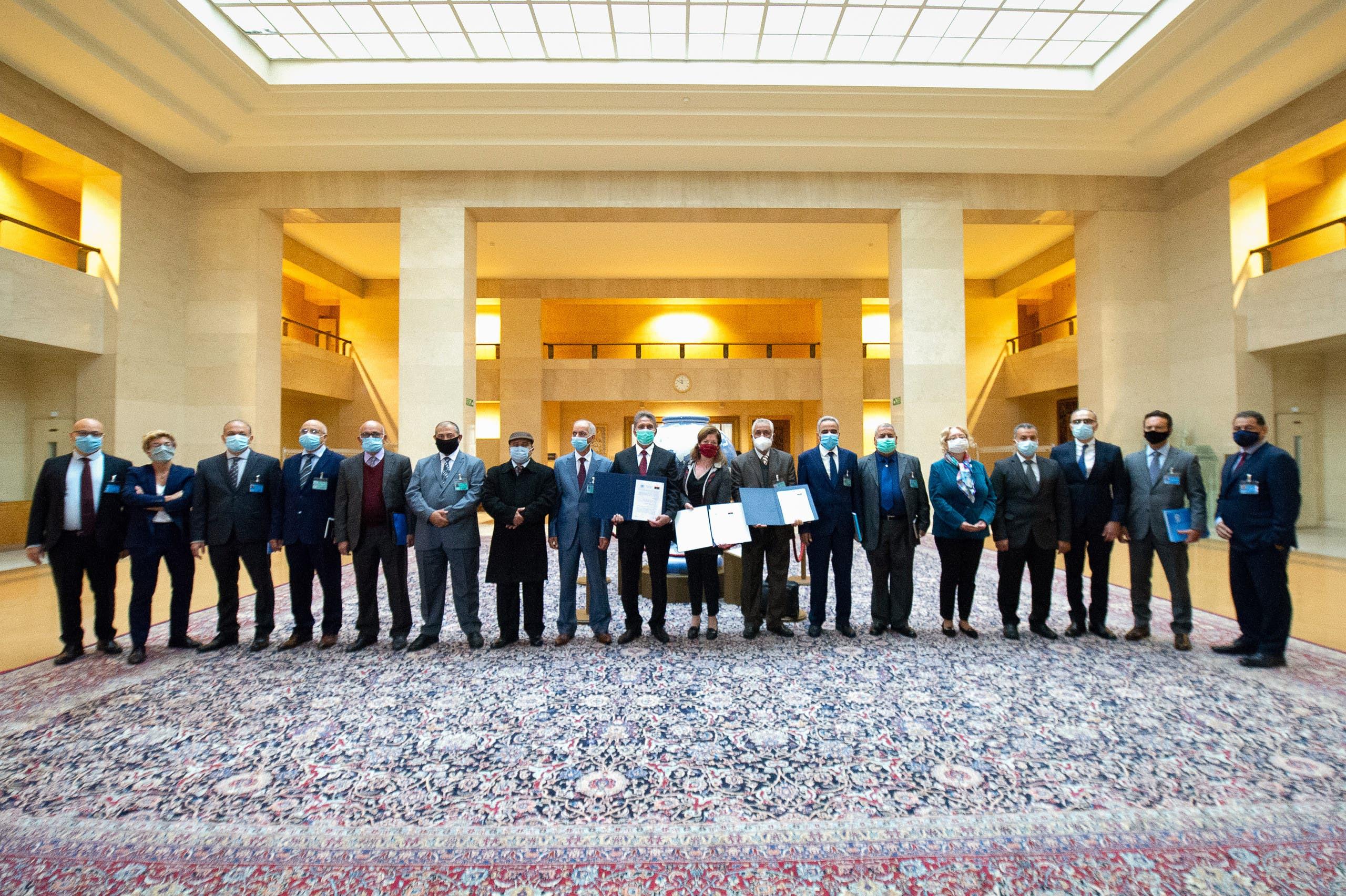 الوفدان الليبيان بعد توقيع وقف إطلاق النار الجمعة في جنيف