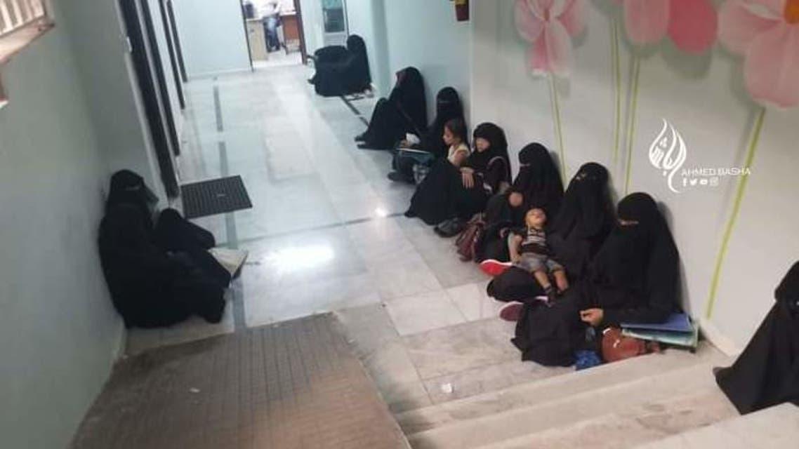 مرتادي المستشفى مختبئين في بدروم ارضي من قصف واستهداف مليشيا الحوثي