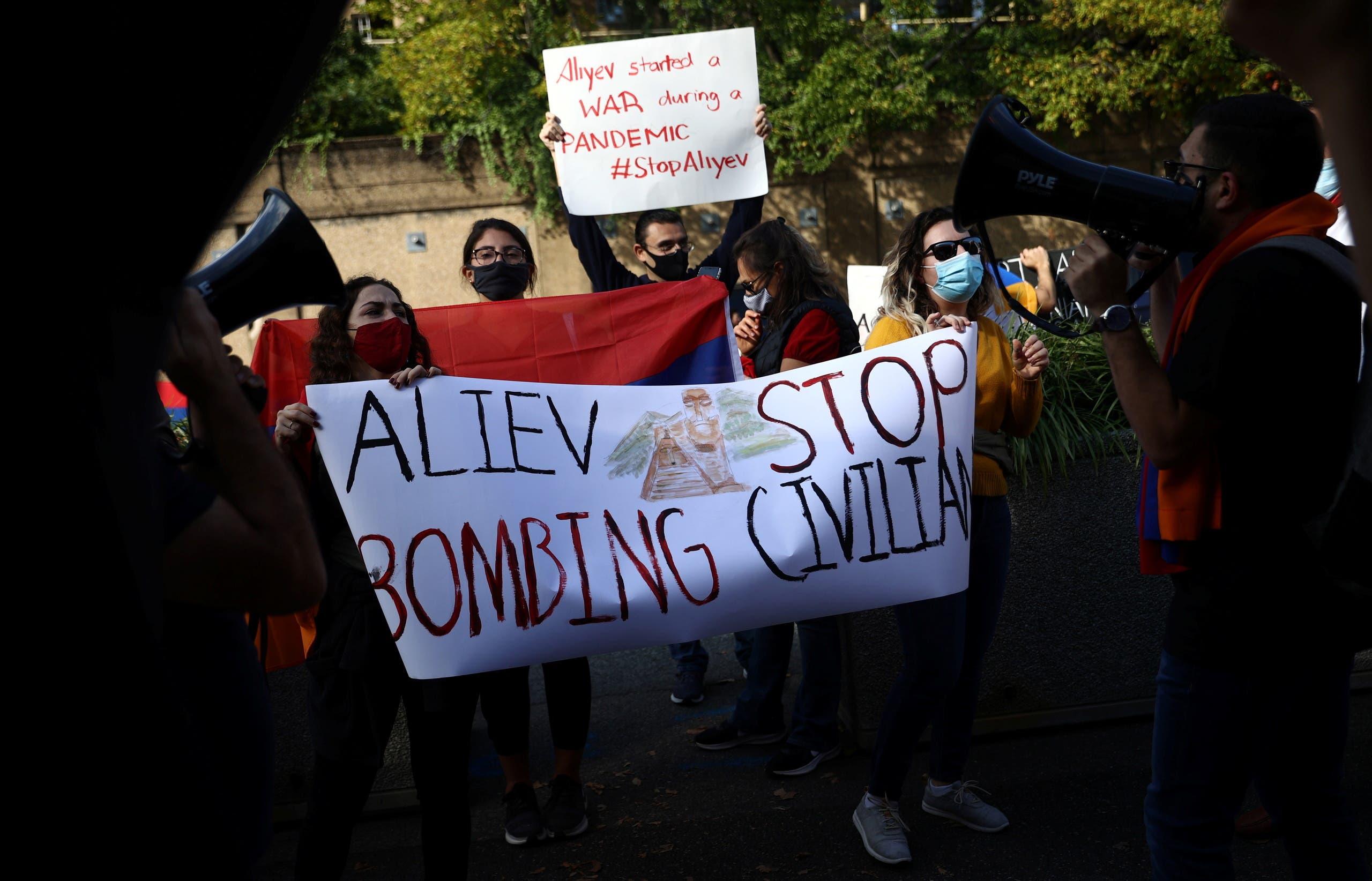 جموعة من المتظاهرين المؤيدين لأرمينيا خارج وزارة الخارجيّة الأميركية