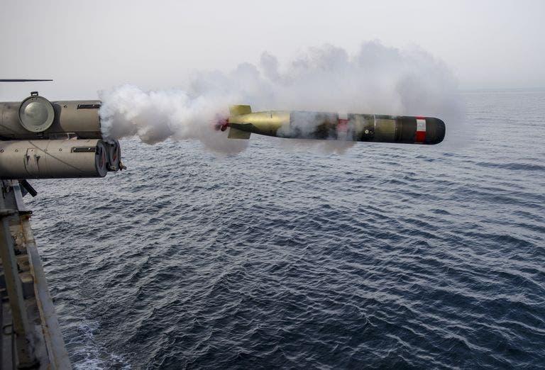 طوربيد من طراز (Mk.) 54 تم تصويره عام 2014 وهو يطلق من سطح مدمرة الصواريخ الموجهة  USS Roosevelt