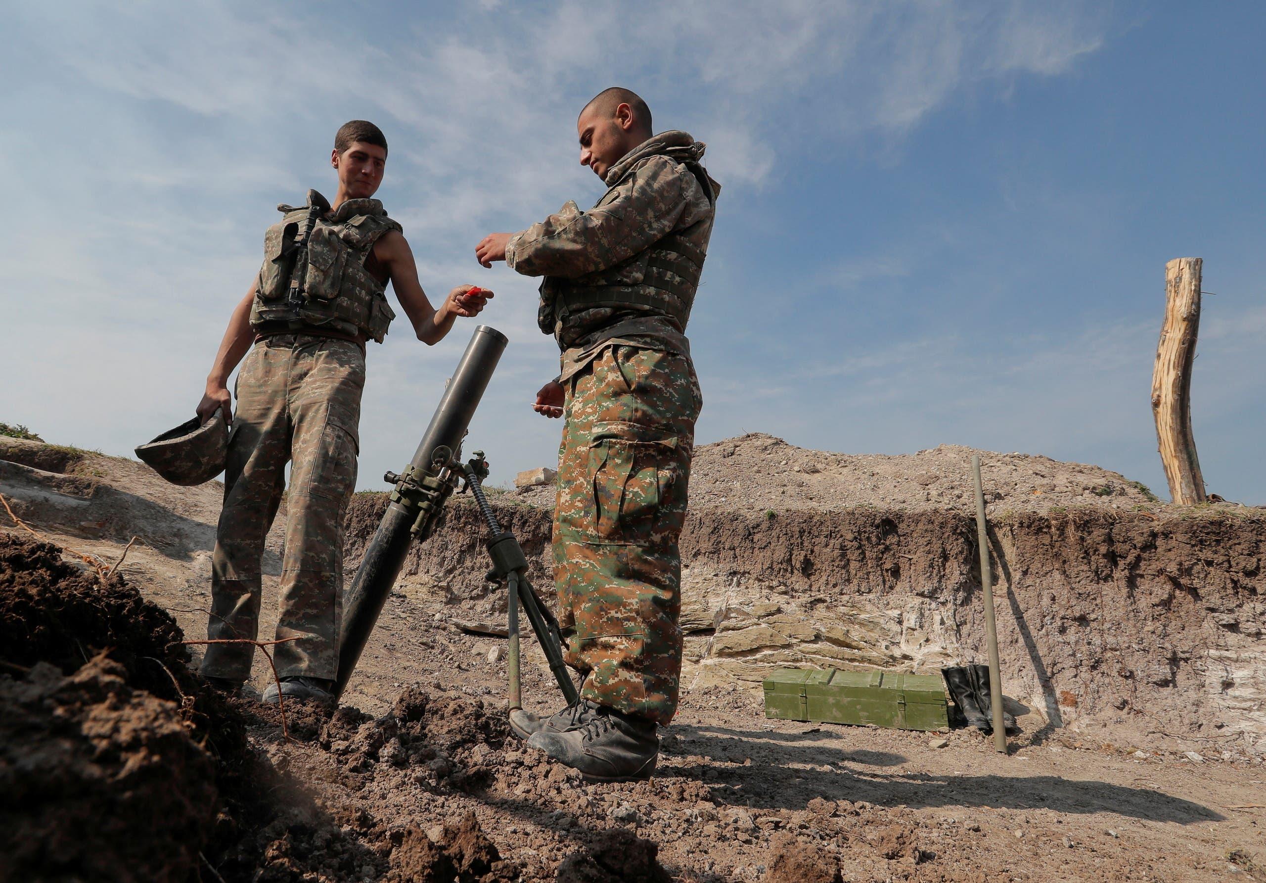 مقاتلون أرمينيون يجهزون أسلحتهم في كاراباخ