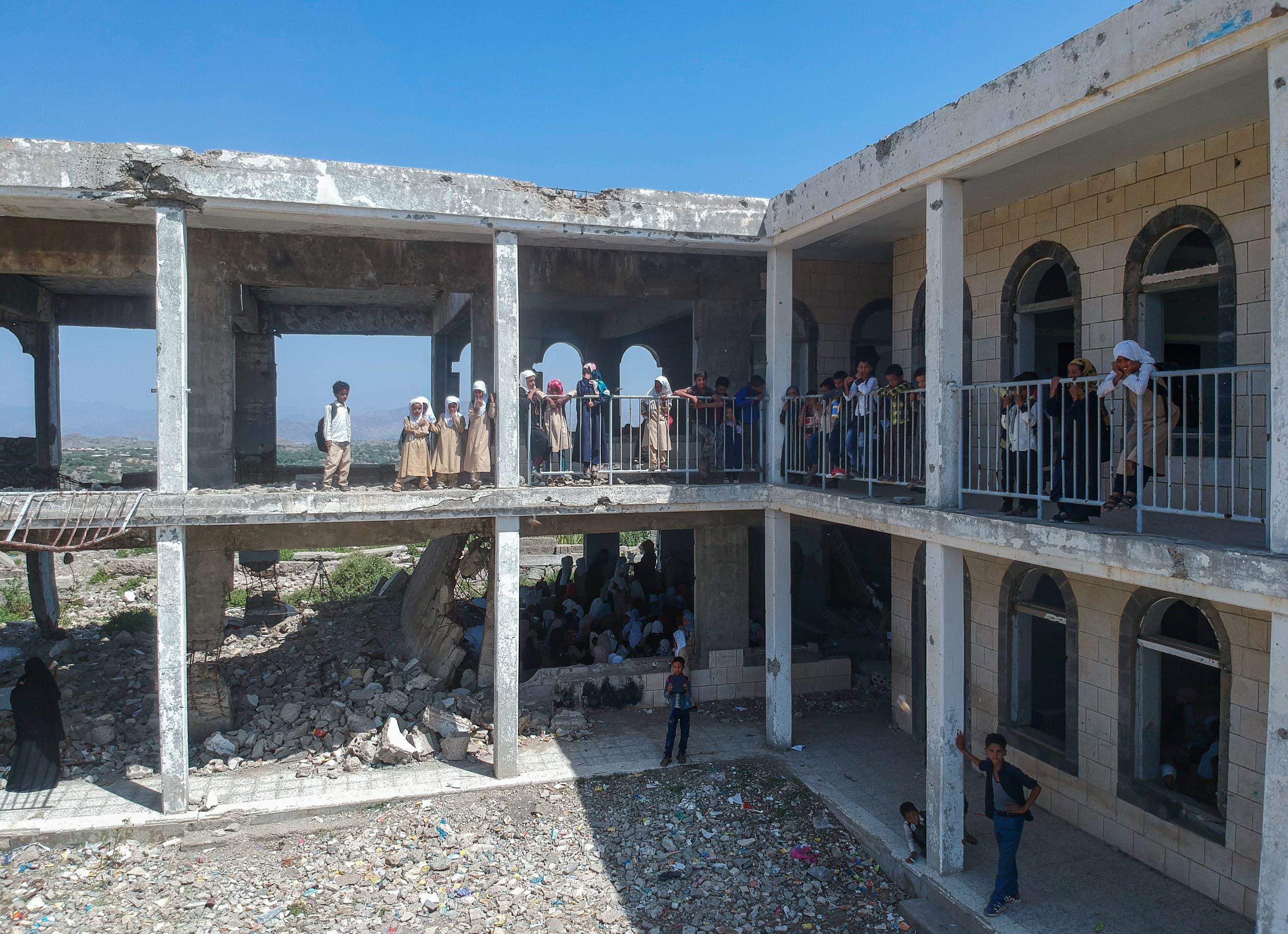 تلاميذ في مدرسة دمرها القتال في تعز