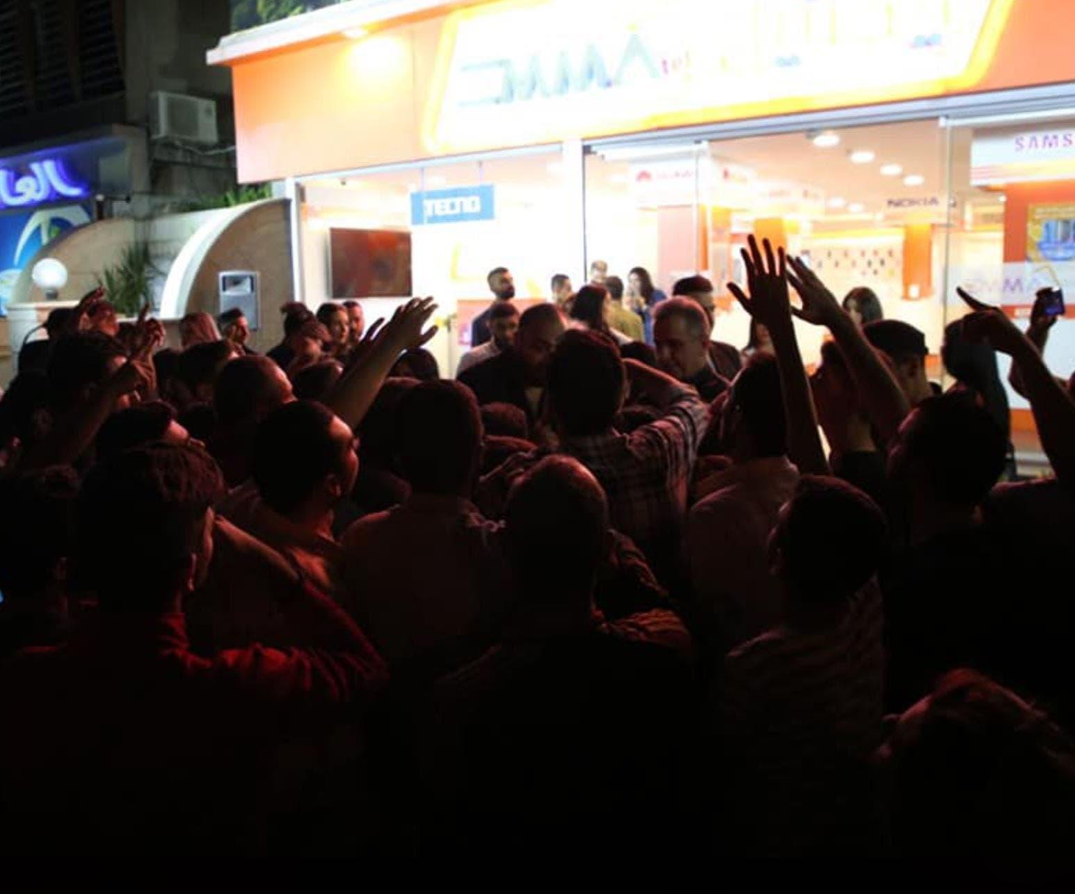 طابور أمام أحد محلات شراء جهاز  IPhone الجديد