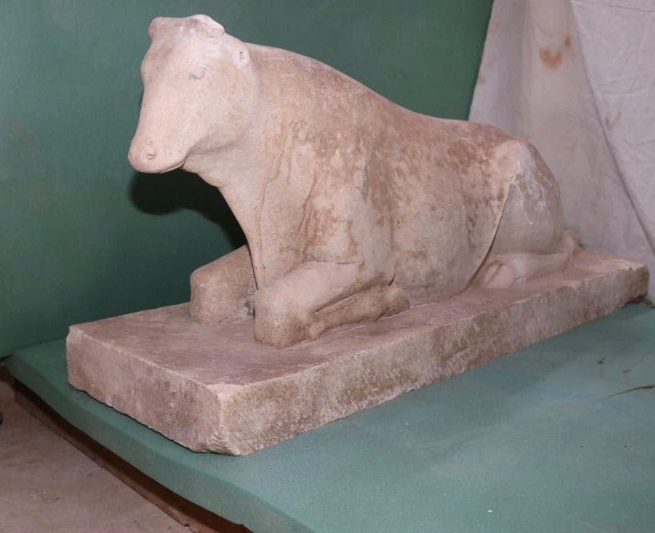 جانب من الآثار التي عثر عليها في المقبرة