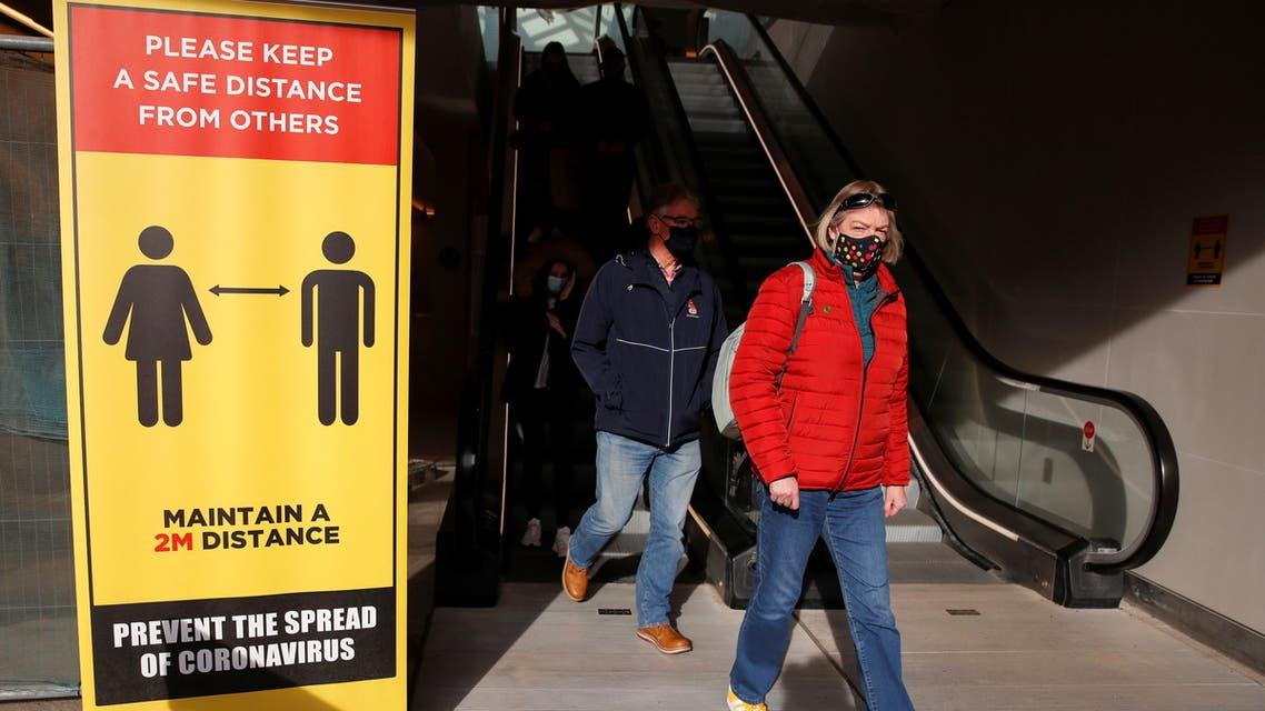 الوباء يخنق إنجلترا.. وتطبيق تتبع الفيروس يفشل