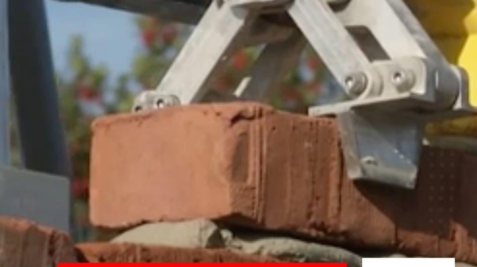 شاهد: روبوت عملاق يقوم ببناء المنازل في بريطانيا