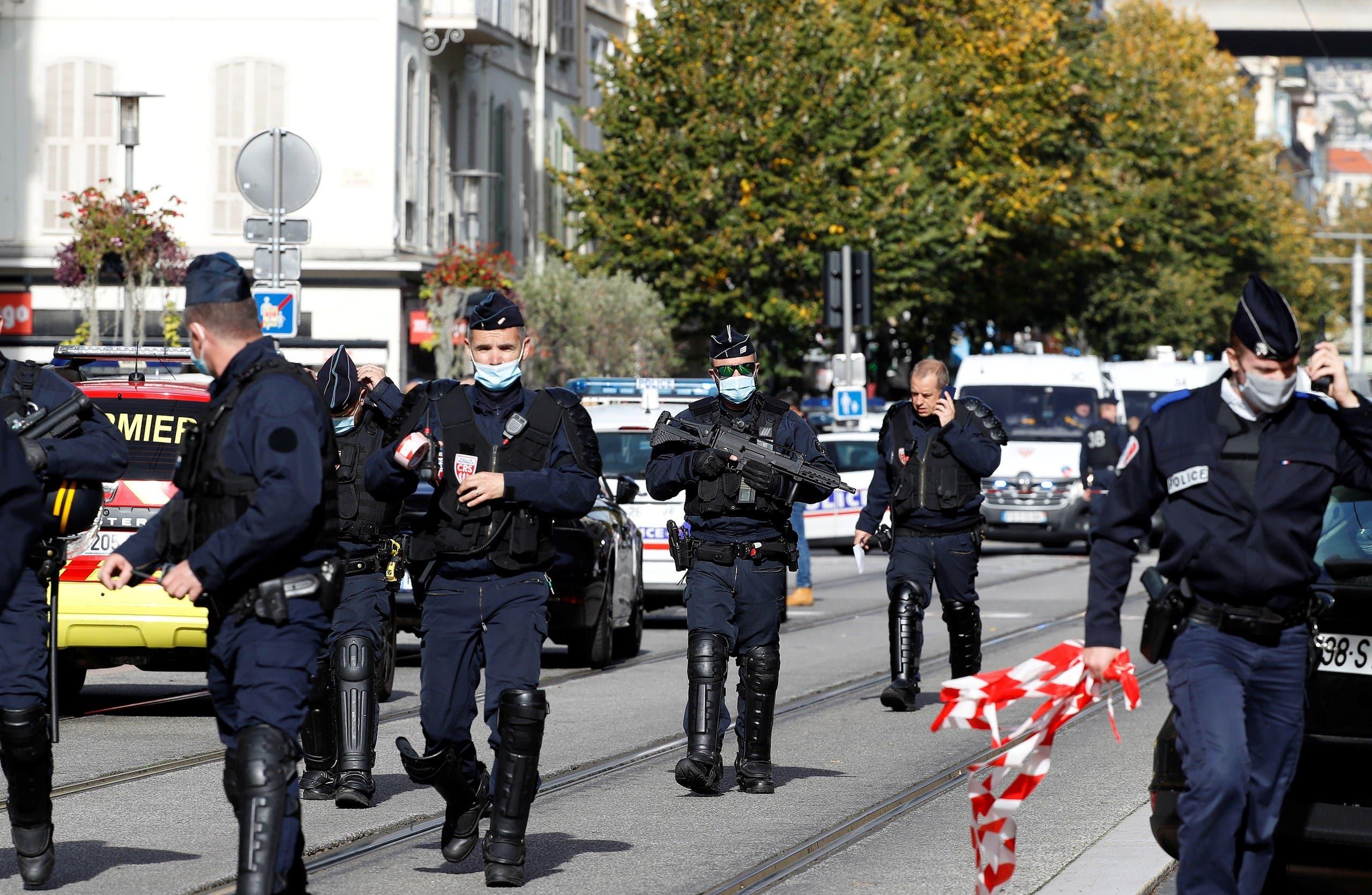 أفراد من قوات الأمن الفرنسية في موقع قرب كنيسة نوتردام