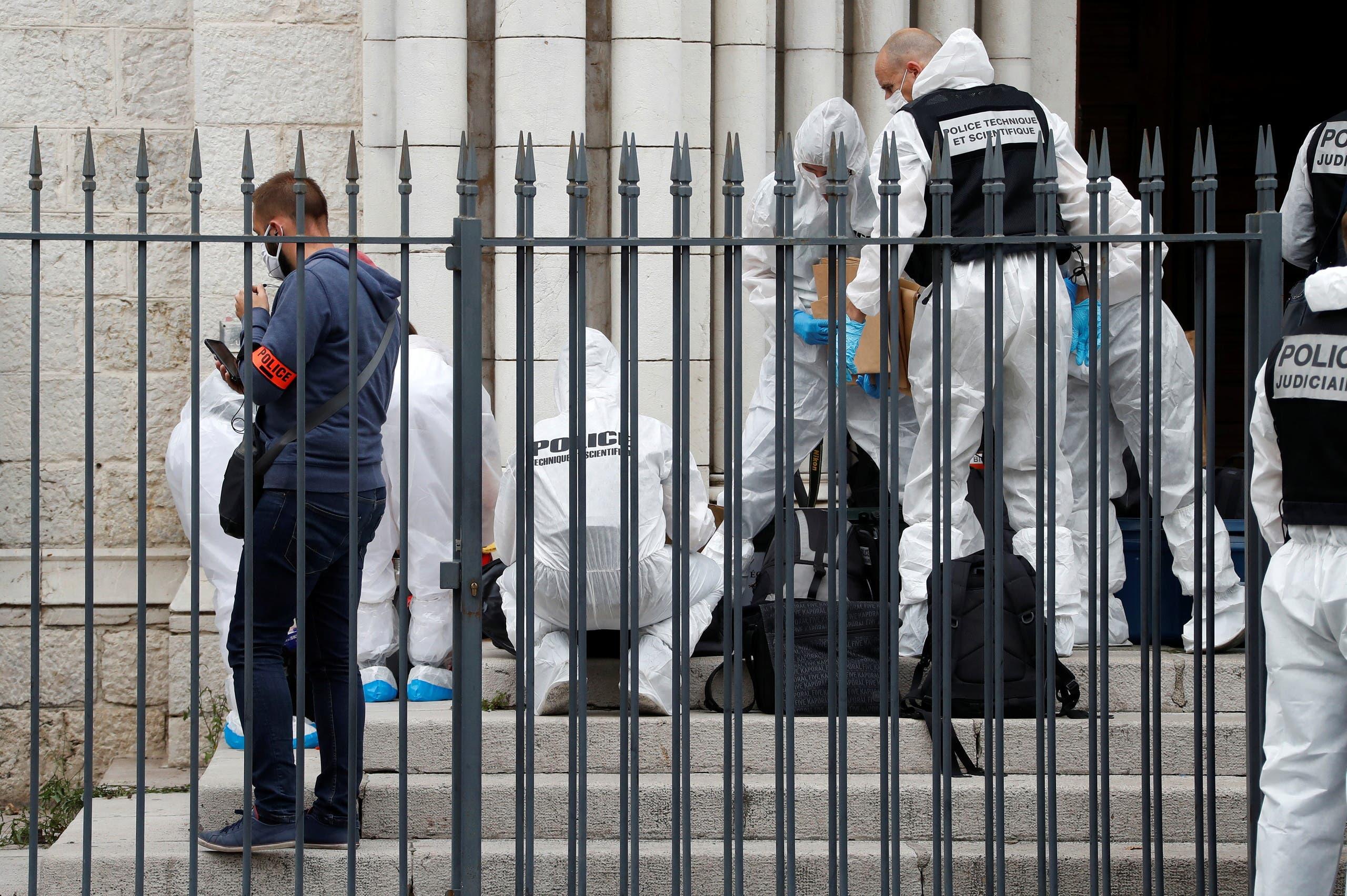 خبراء الطب الشرعي يتفقدون موقع الهجوم في نيس