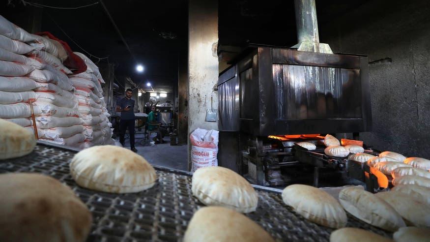 خبز السوريين في السوق السوداء..