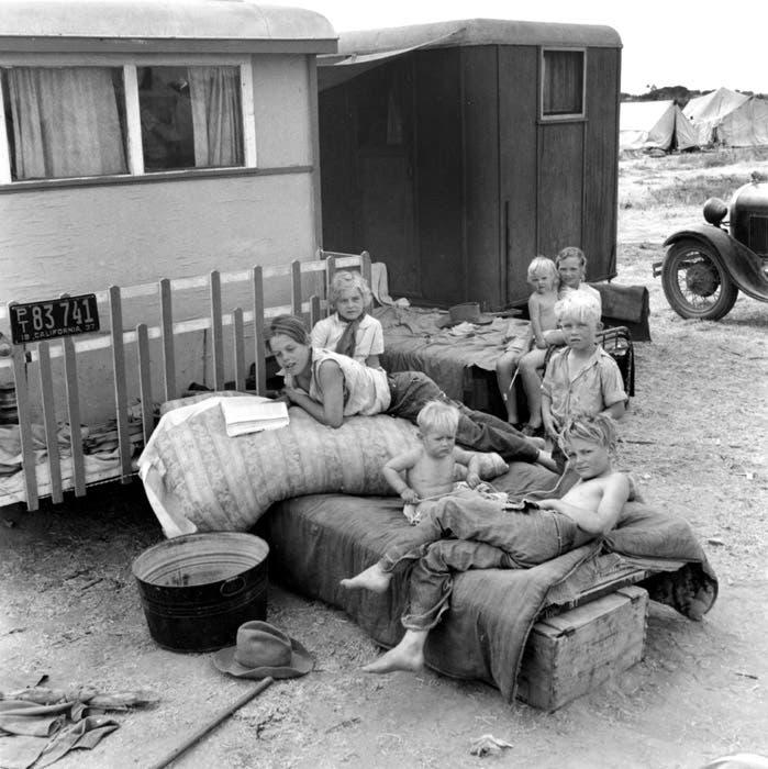 صورة لمجموعة من الأطفال الذين رافقوا عائلاتهم وتحولوا لمهاجرين بسبب قصعة الغبار