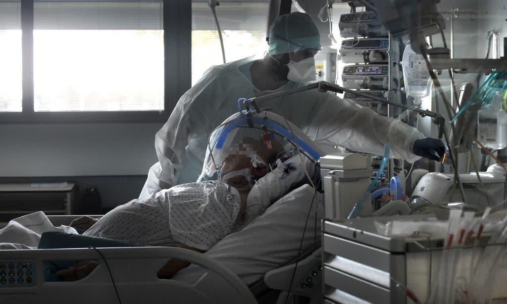 العناية بأحد المصابين بكورونا في ستراسبورغ بفرنسا