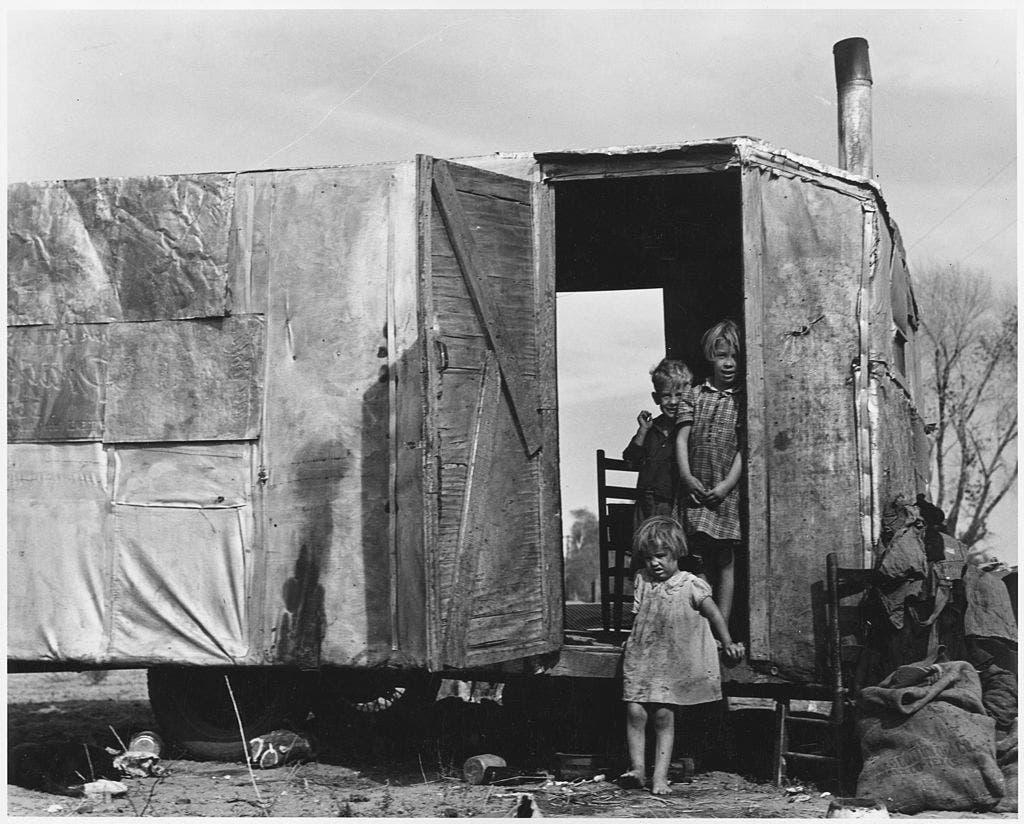 صورة تجسد ظروف عيش احدى العائلات الأميركية المهاجرة خلال قصعة الغبار