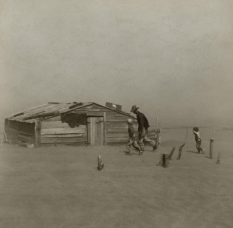 صورة لمزارع وابنيه بإحدى مناطق أوكلاهوما خلال عاصفة رملية عام 1936