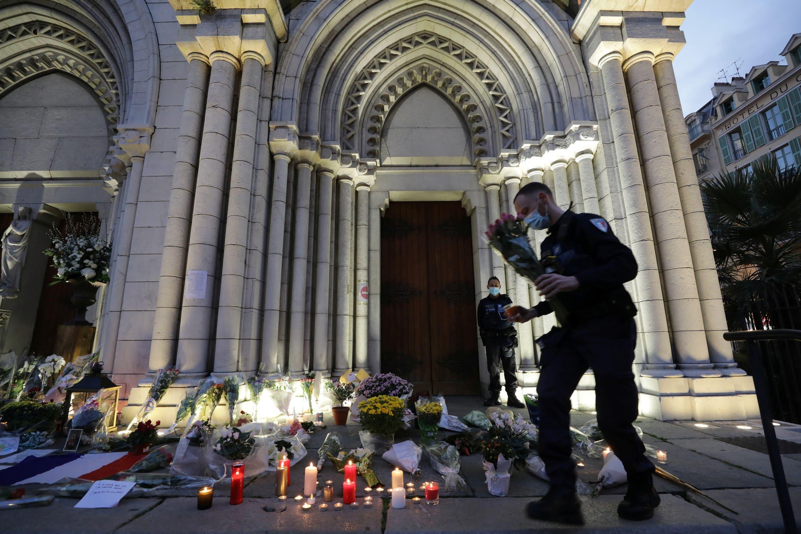 ازهار وشموع أمام كنيسة في نيس الفرنسية وقع فيها هجوم الأسبوع الماضي