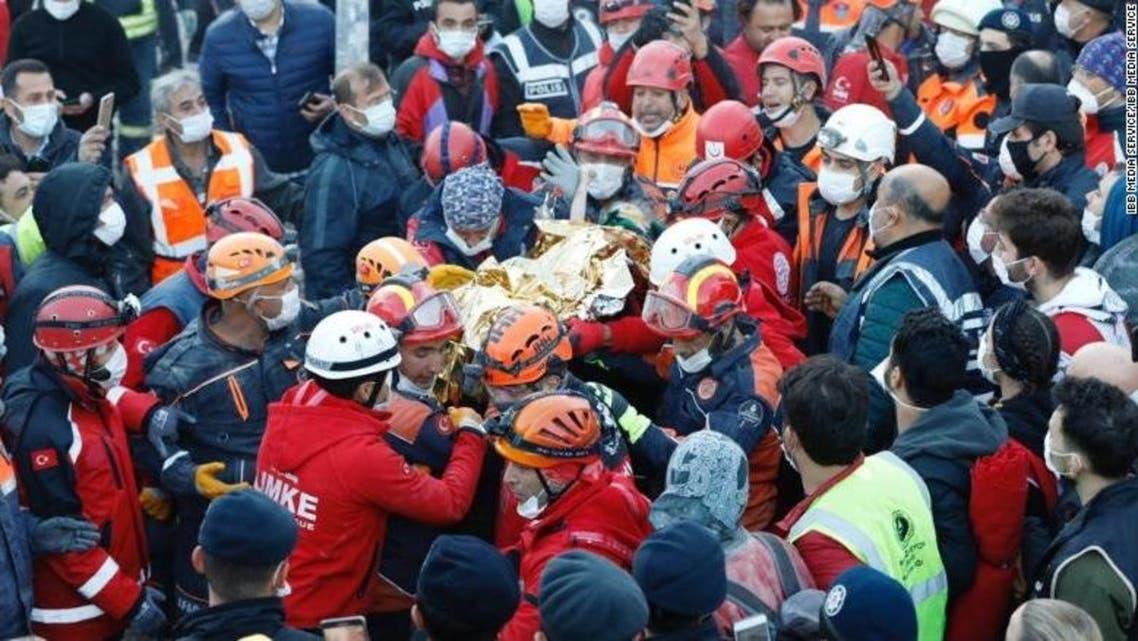 یک کودک 3 ساله پس از 65 ساعت از زلزله در ازمیر از زیر ساختمان فروریخته زنده پیدا شد