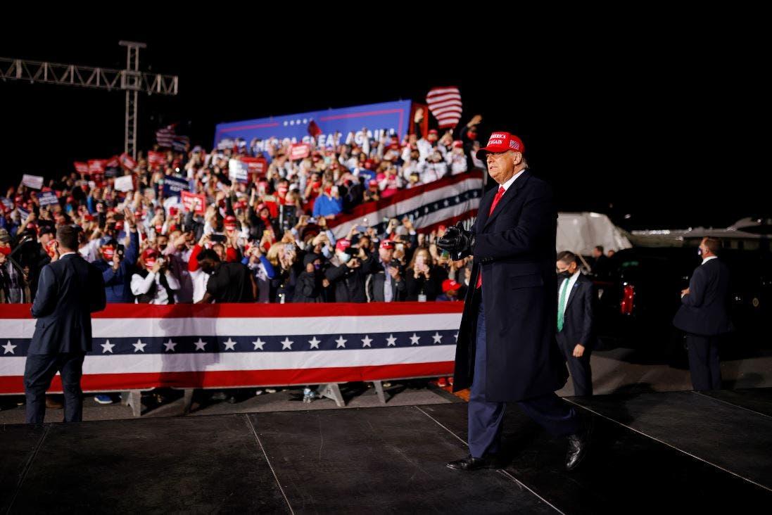 الرئيس دونالد ترمب وسط مؤيديه في هيكوري بنورث كارولينا